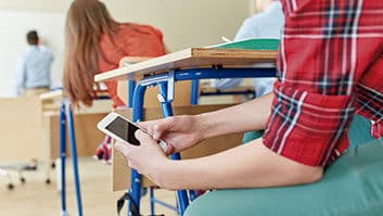 Juiz nega dano moral a aluno que teve celular tomado em sala de aula.