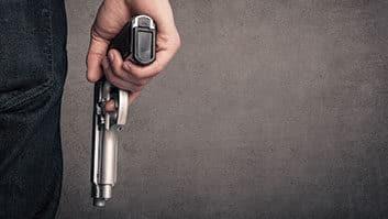 Decreto de Bolsonaro facilita porte de armas para advogados que sejam agentes públicos.