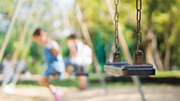 Condomínio e responsável devem indenizar criança que sofreu acidente em parquinho.