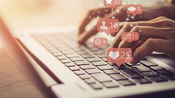 Postagem de consumidor em rede social criticando empresa não gera dano moral.
